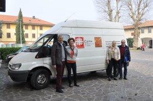 Volontari Granello e furgone