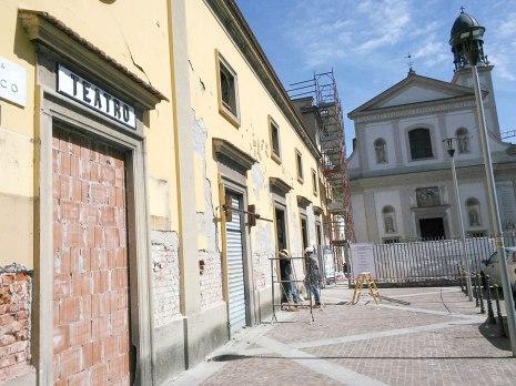 Refettorio Ambrosiano: operai all'esterno del cantiere