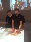 Lo chef stellato Massimo Bottura (chef anche del Refettorio Ambrosiano) al tavolo interattivo