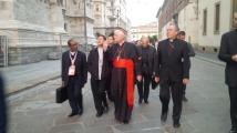 I cardinali Luis Antonio Tagle, Angelo Scola e Oscar Rodriguez Maradiaga in arrivo in piazza Duomo