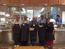 I volontari con la cuoca del Refettorio