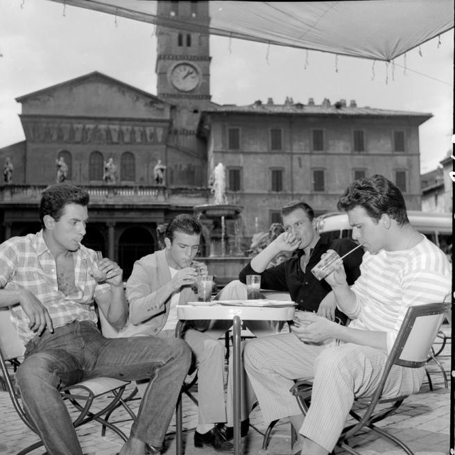 Antonio Cifariello, Giancarlo Costa, Franco Fabrizi, Maurizio Arena sul set di Racconti romani (1955), di Gianni Franciolini - Foto di Leo Massa
