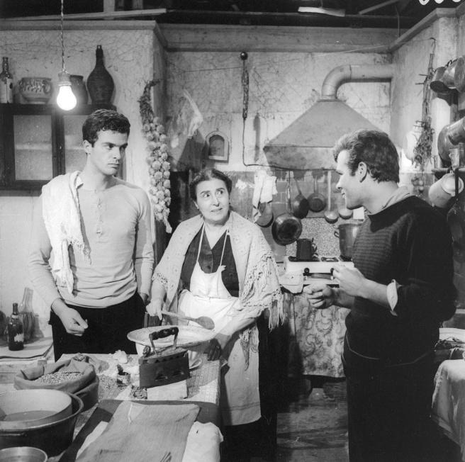 Spiros Focas, Katina Paxinou e Renato Salvatori in Rocco e i suoi fratelli (1960), di Luchino Visconti - Foto di G.B. Poletto
